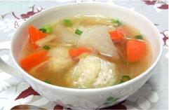 とり肉団子入り食べる生姜スープ